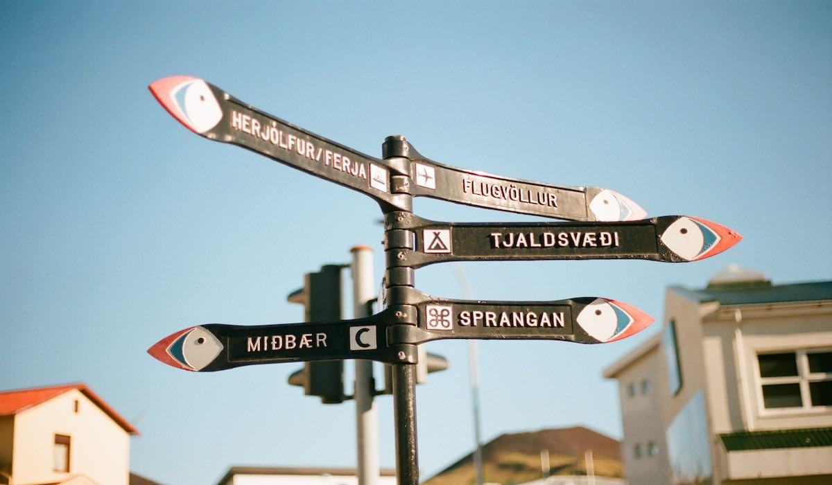 Icelandic signals pointing different locations