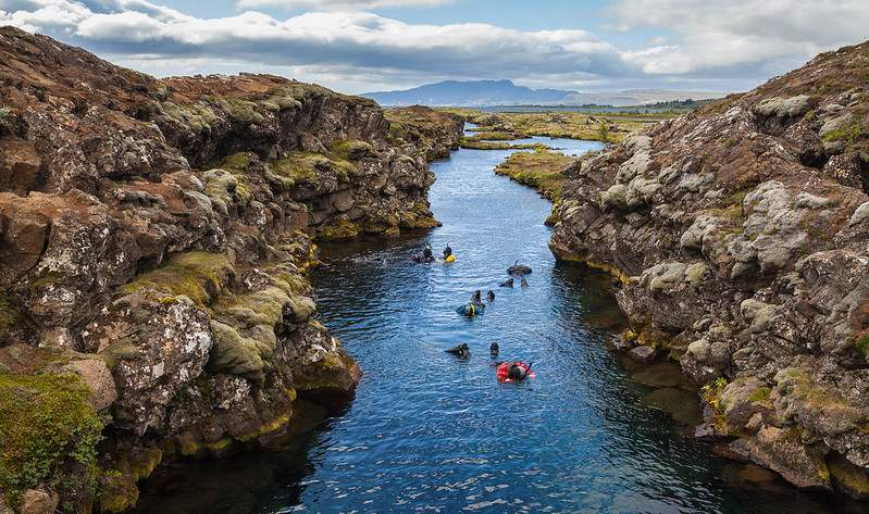 divers in the silfra crack